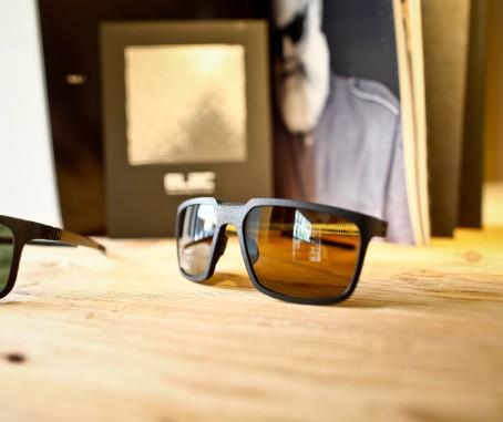 Sonnenbrille auf Holztresen